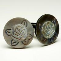手彫りのバラのカフスボタン